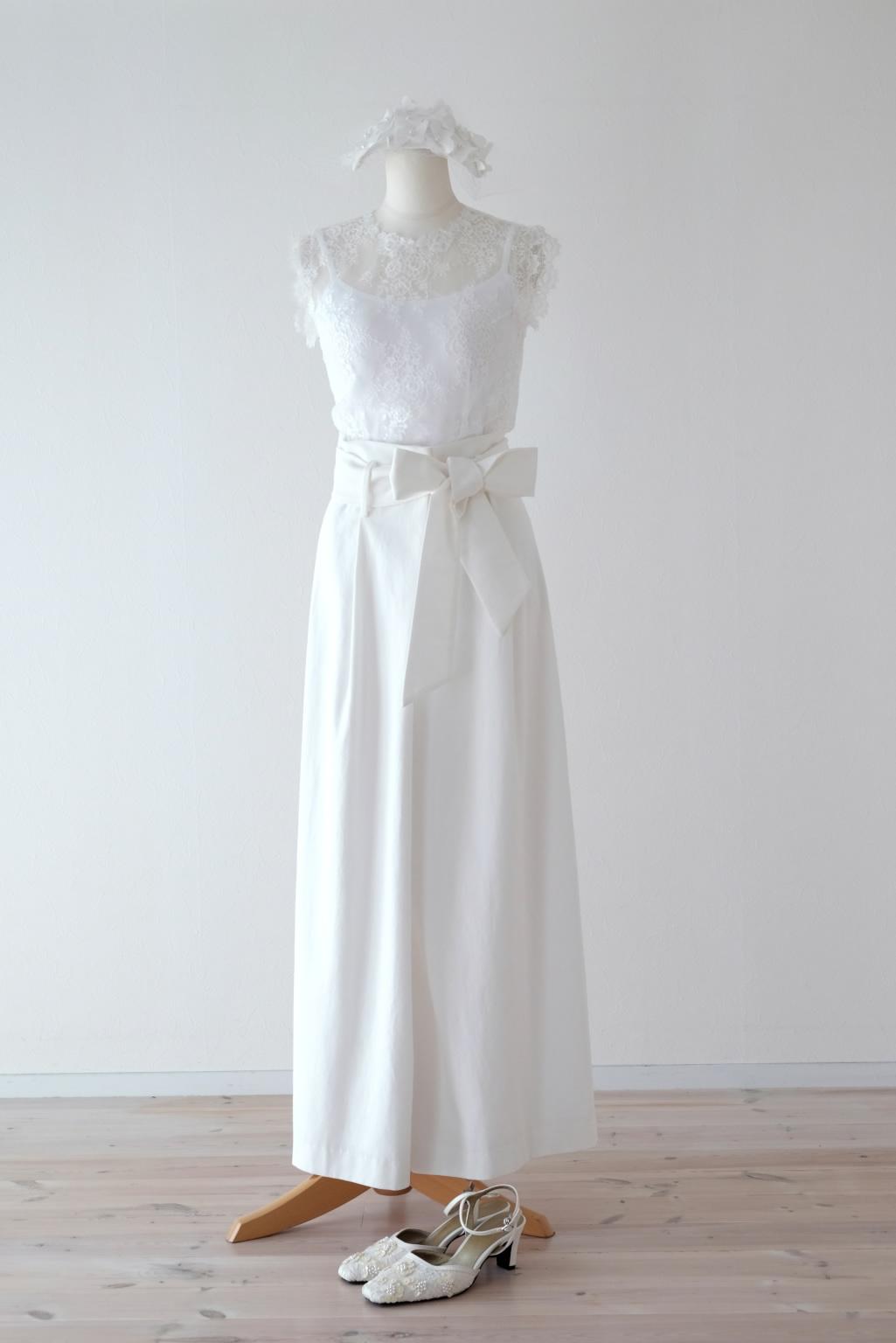 ホワイトデニムとレースのパンツドレス
